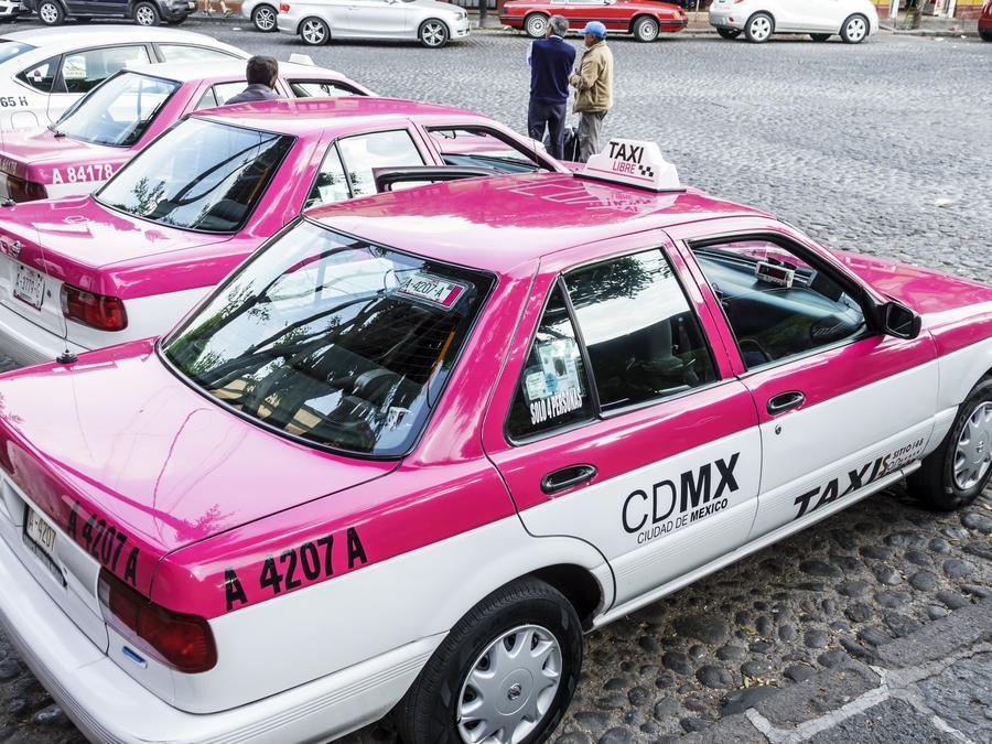 En esta fotografía de archivo hay tres taxis de la Ciudad de México