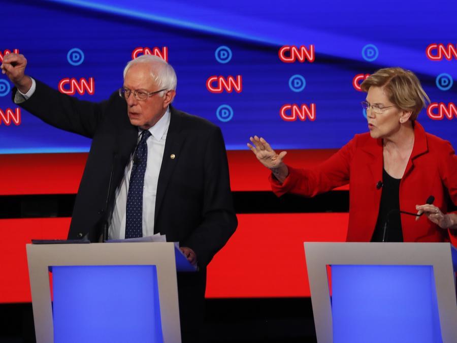 El senador independiente por Vermont Bernie Sanders, a la izquierda, y la senadora demócrata por Massachusetts Elizabeth Warren hablan durante el primero de dos debates demócratas ofrecidos por CNN el martes 30 de julio de 2019 en el Fox Theatre en Detroi