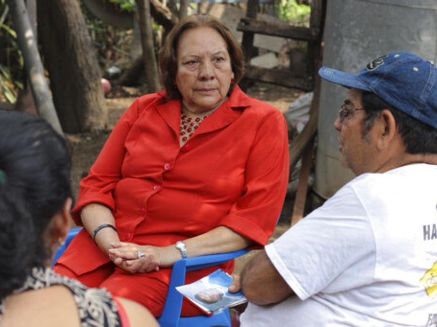 La activista Elizza Jurado, junto al padre de un preso encarcelado en EEUU en una foto de mayo de este año.