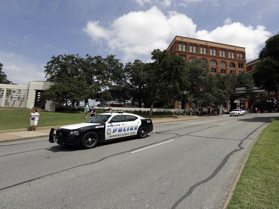 Una patrulla de policía de Dallas permanece estacionada en una calle de la ciudad.