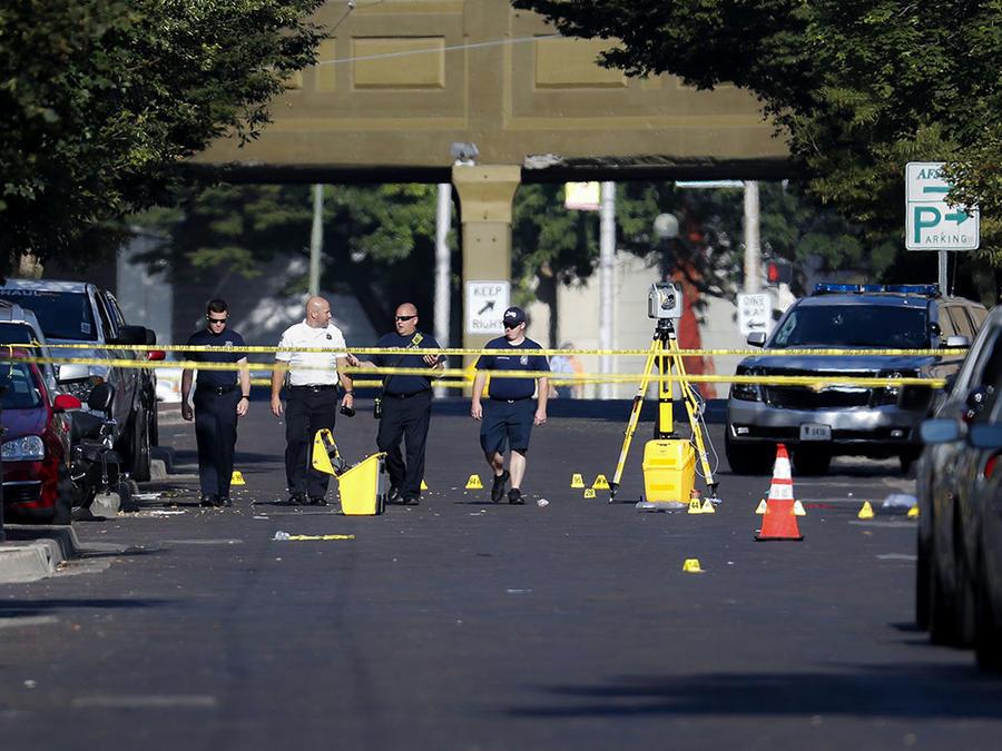 Autoridades evalúan el área en Dayton, Ohio, en donde un sujeto abrió fuego.