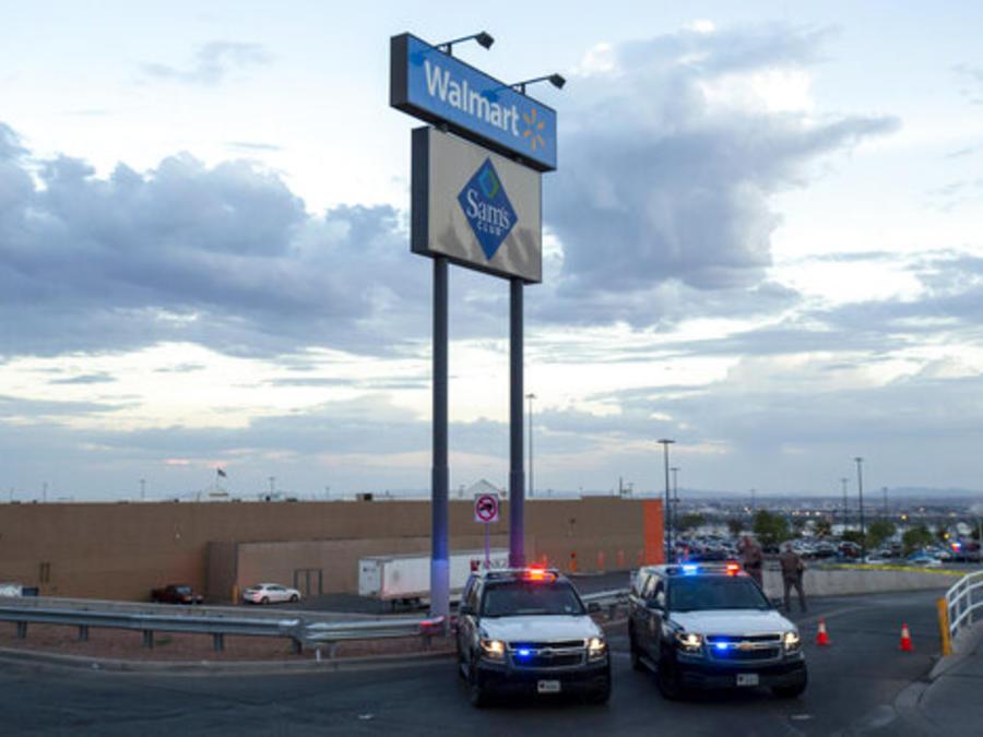 La policía bloquea el acceso al Walmart de El Paso, Texas, donde se produjo un tiroteo que mató a 22 personas.