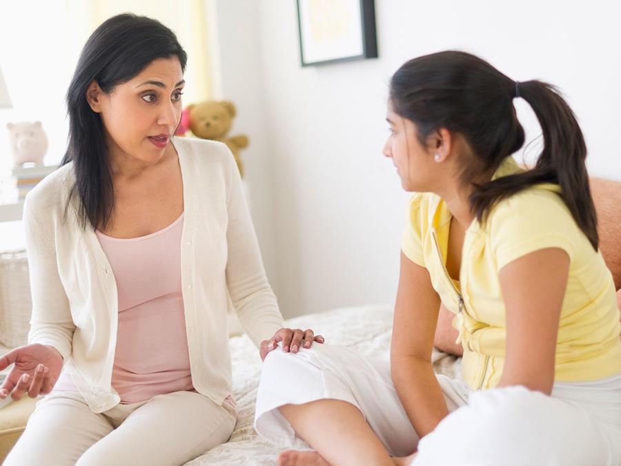 Mamá hablando con su hija