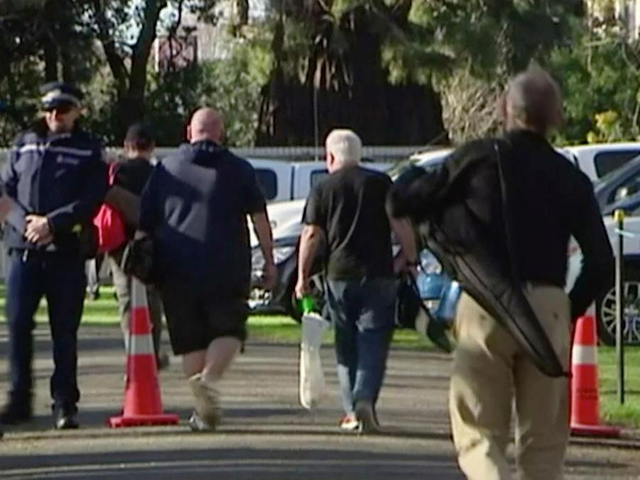 Varias personas participan en programas de entrega de armas en Nueva Zelanda