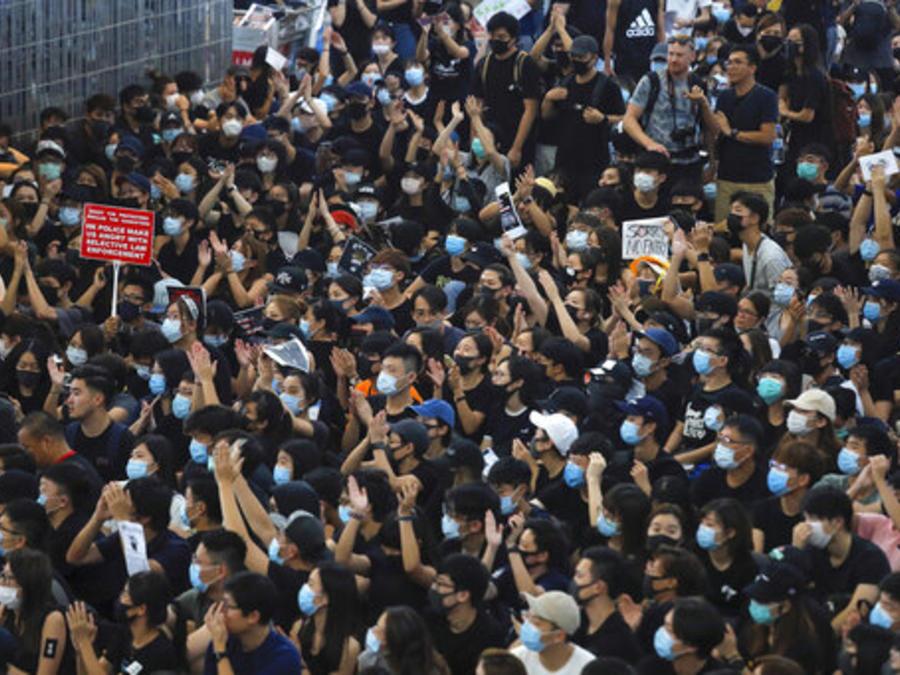 Manifestantes bloquean este martes el aeropuerto internaciona de Hong Kong (China).