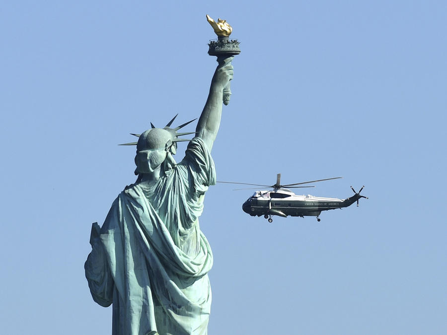 Donald TrumpEl helicoptero presidencial vuela con Donald Trump a bordo junto a la estatua de la Libertad en Nueva York en octubre de 2017.