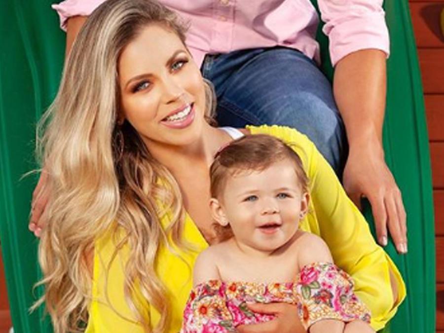 Ximena Duque con su hija Luna sonriendo