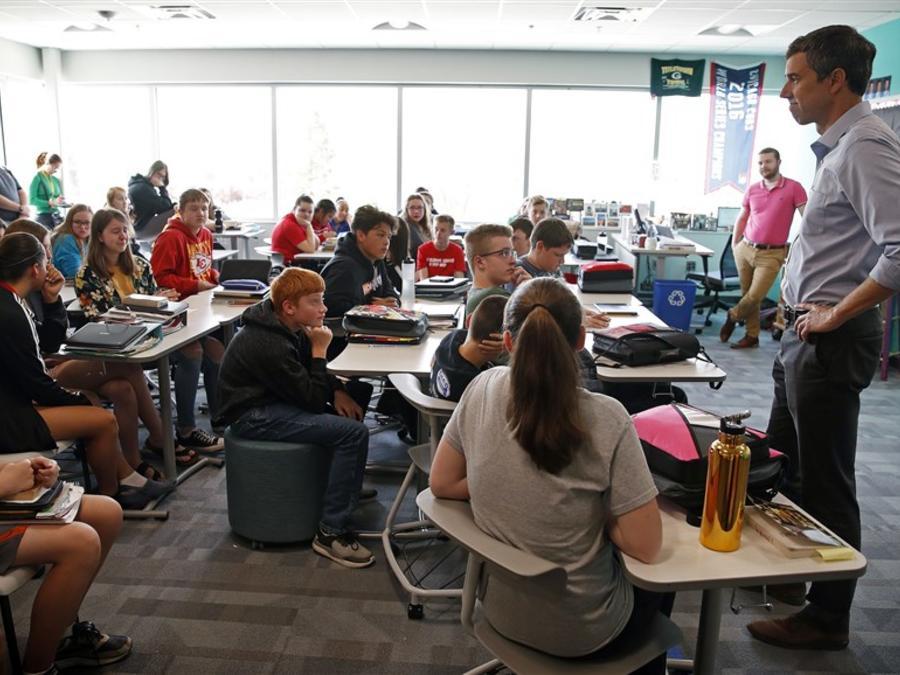 El candidato demócrata Beto O'Rourke se reúne en mayo con alumnos de una escuela de Neton, Iowa.
