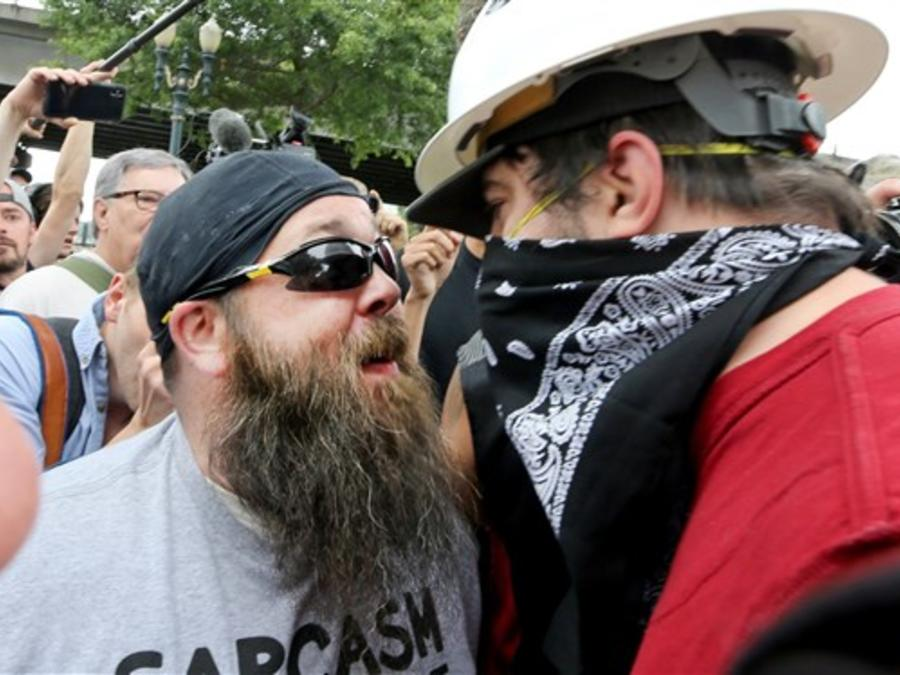 Encontronazo entre dos participantes en las manifestaciones de grupos de extrema derecha e izquierda de este sábado en Portland, Oregon.