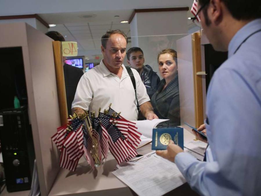 Se estima que más de 380,000 inmigrantes estarían bajo escrutinio anualmente.