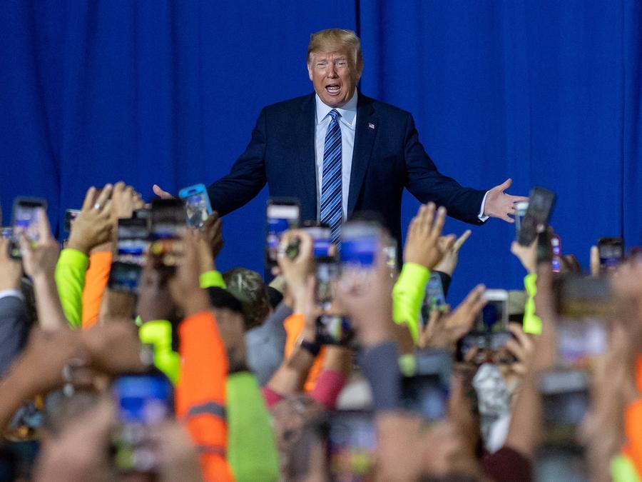 El presidente Trump habla con los contratistas federales en el Complejo Petroquímico Shell Chemicals el 13 de agosto en Monaca, Pensilvania. Jeff Swensen / Getty Images