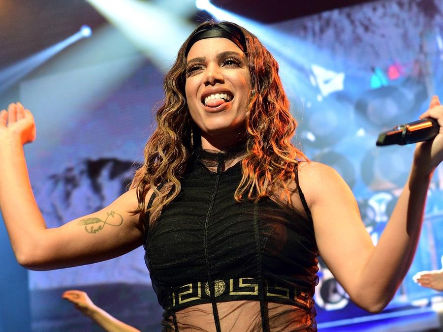 Anitta wearing black outfit in concert