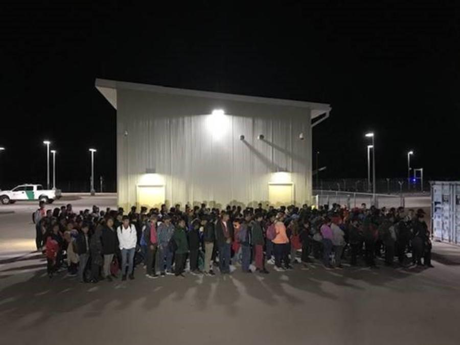 El grupo de 194 migrantes detenido este domingo en la frontera de Nuevo México, en una imagen de la Patrulla Fronteriza.