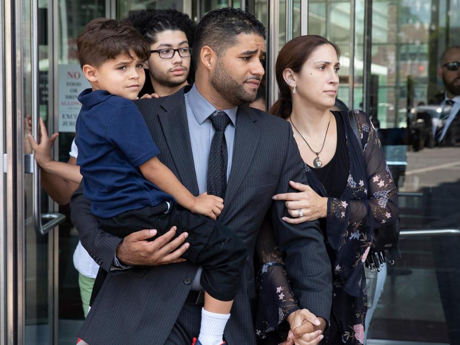 Juan Rodríguez junto a su esposa y su hijo mayor a su salida de la corte el pasado 1 de agosto