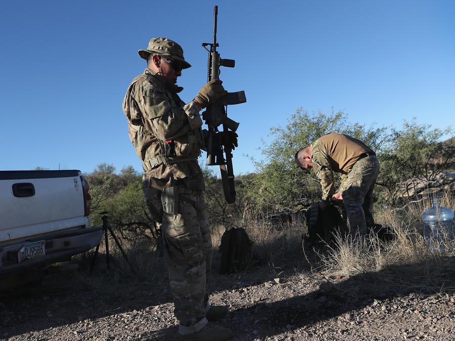 Un grupo de milicianos paramilitares patrulla cerca de Arivaca en 2016.