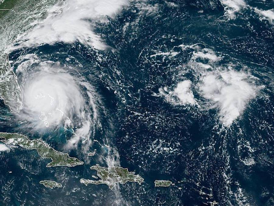 Imágen de satélite tomada el lunes por la tarde en la que se puede ver el huracán Dorian y la tormenta sobre las Bermudas.