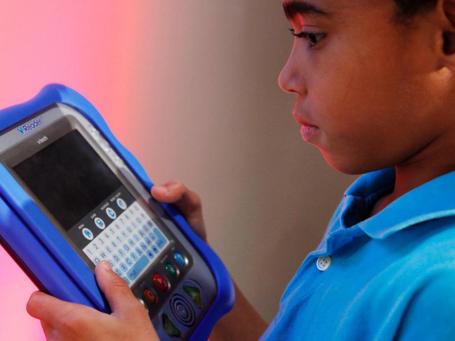 Un niño con una tableta en una imagen de archivo