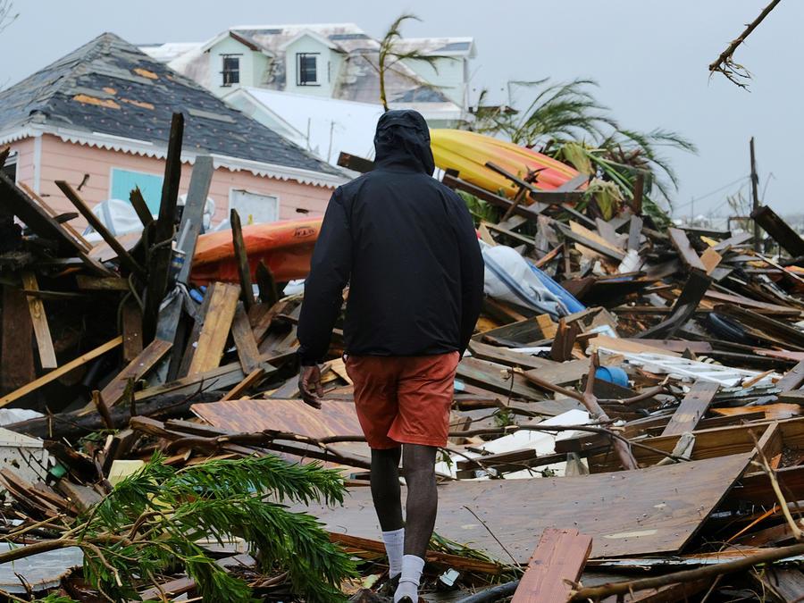 Desvastación en Bahamas, un hombre mira los escombros dejados por Dorian