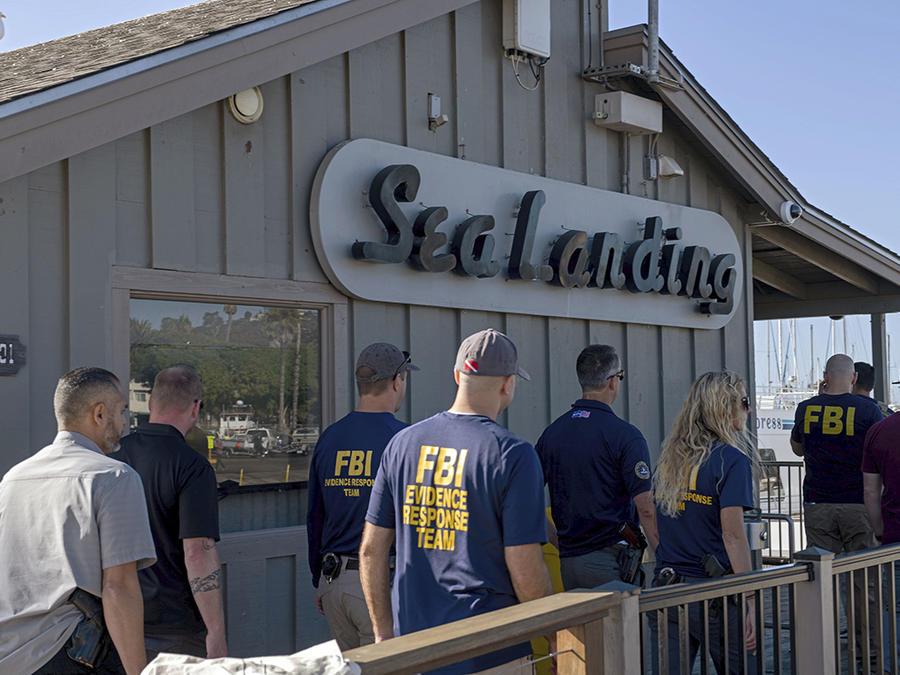 Agentes del FBI revisan las oficinas de Truth Aquatics, empresa dueña del bote incendiado en California.
