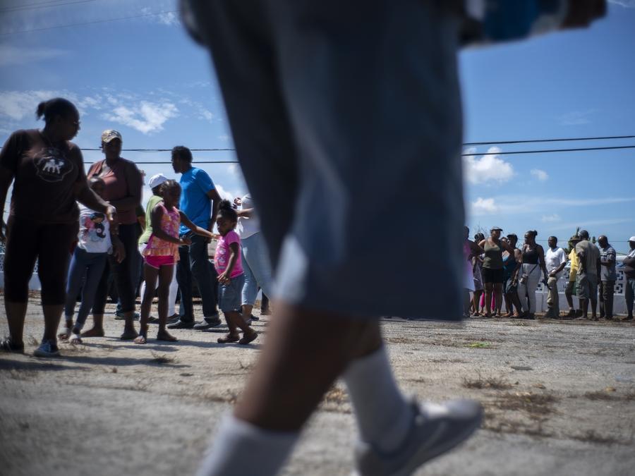Imagen de bahameños haciendo fila para recibir ayuda luego del devastador paso del huracán Dorian.