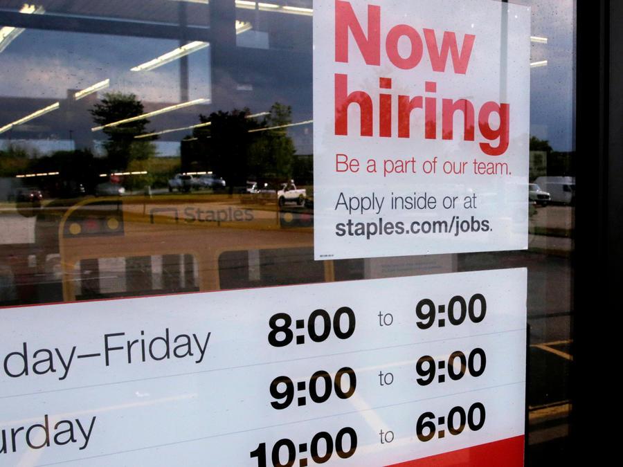 Un cartel avisa sobre contrataciones en un negocio en una imagen de archivo