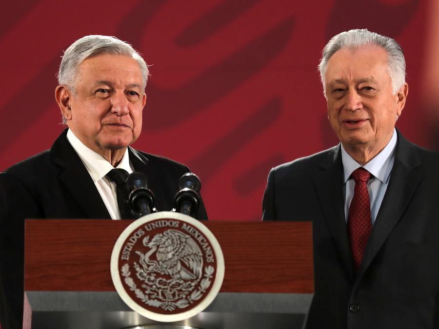 El presidente de México, Andrés Manuel López Obrador y el director de la Comisión Federal de Electricidad, Manuel Bartlett Ruiz