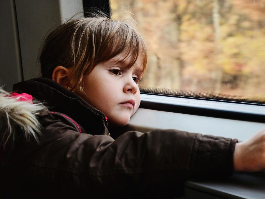 Niña viajando en tren