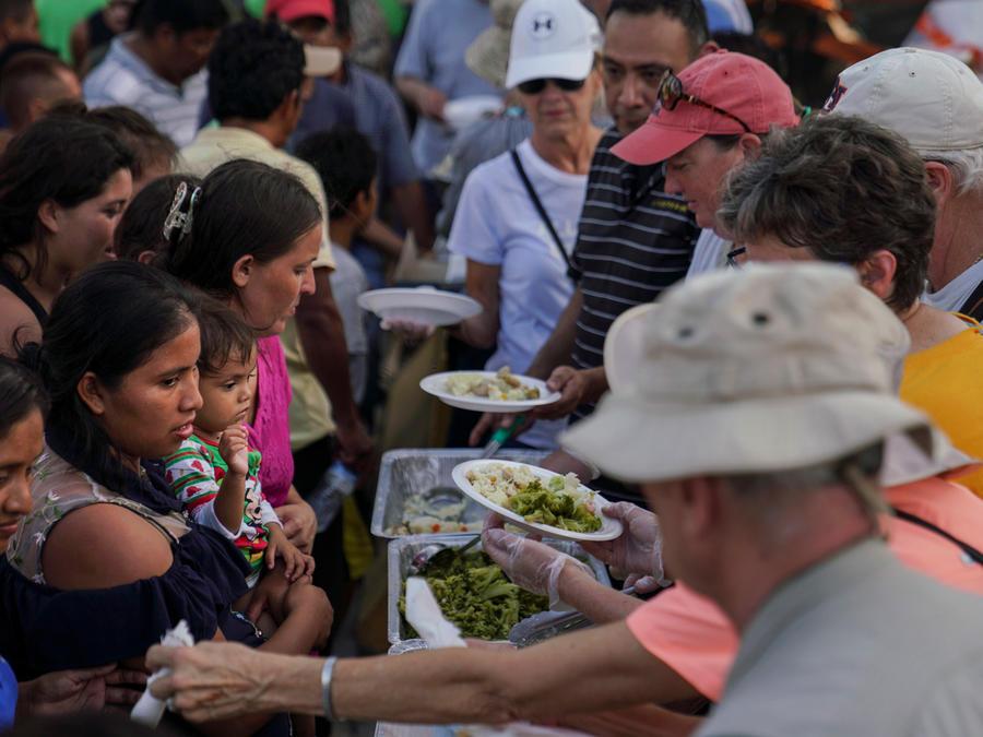 Migrantes en México reciben comida en una imagen de archivo