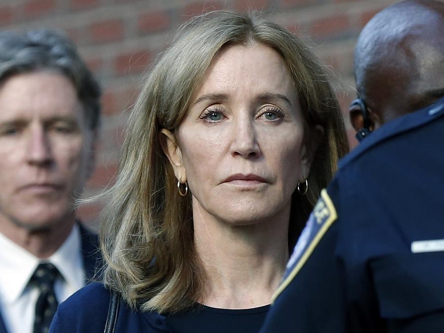 Felicity Huffman Felicity Huffman sale de la corte federal en Boston (Massachussets) donde la sentenciaron a 14 días de prisión
