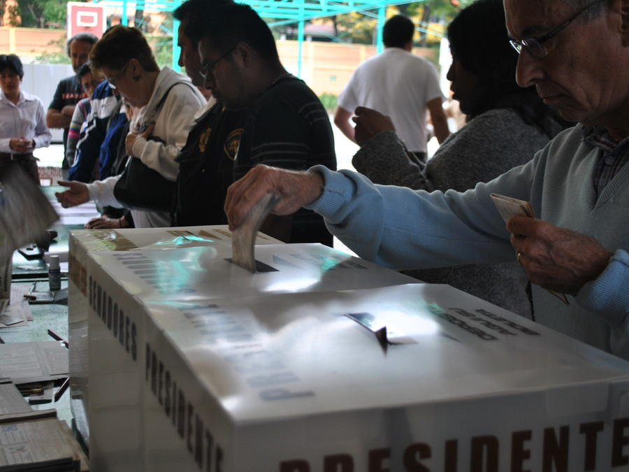 Ciudadano emitiendo su voto en las Elecciones federales en México de 2012