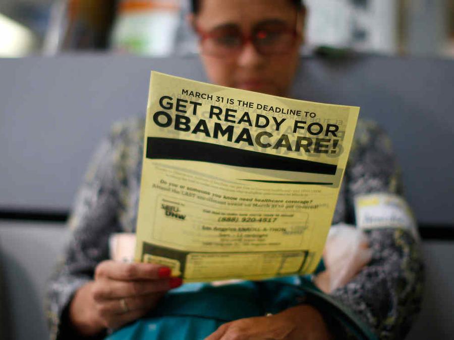 Una mujer se informa sobre la inscripcion en el Obamacare.