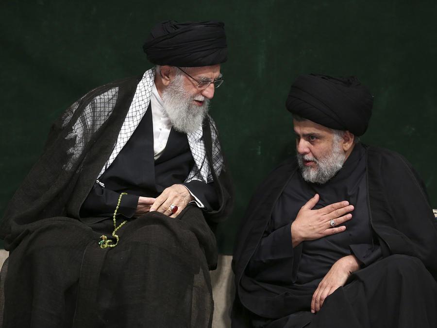 n esta imagen distribuida por el cibersitio oficial de la oficina del líder supremo de Irán, el ayatolá Ali Jamenei (izquierda), habla con el clérigo chií iraquí Muqtada al-Sadr durante una ceremonia por la Ashoura, que conmemora el aniversario de la muer