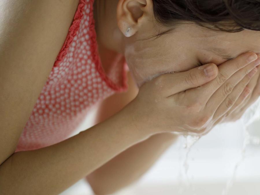 Jovencita se lava la cara