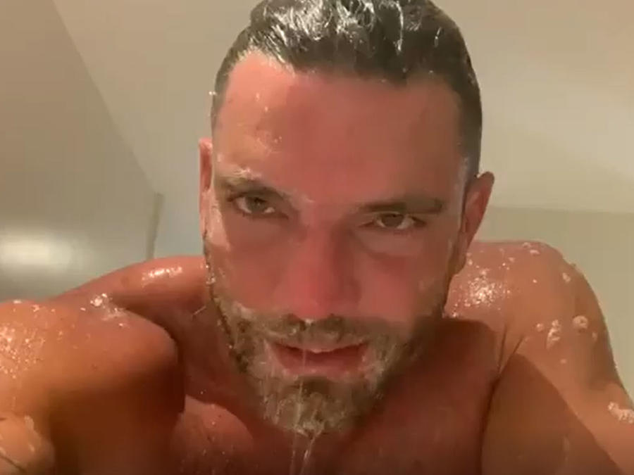 Julián Gil compartió un video bañándose