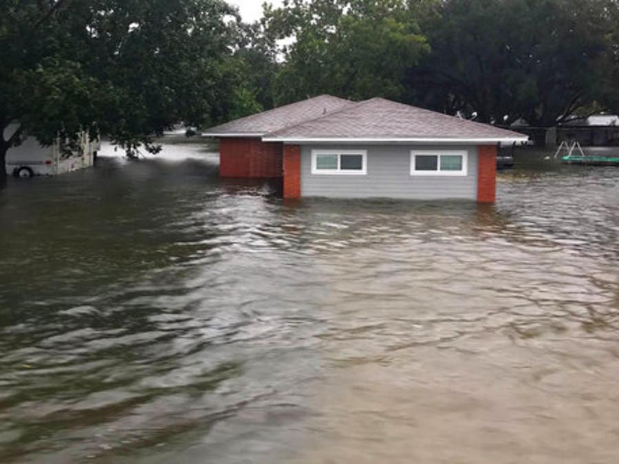 Una casa inundada en Winnie, Texas, en una imagen de este jueves.