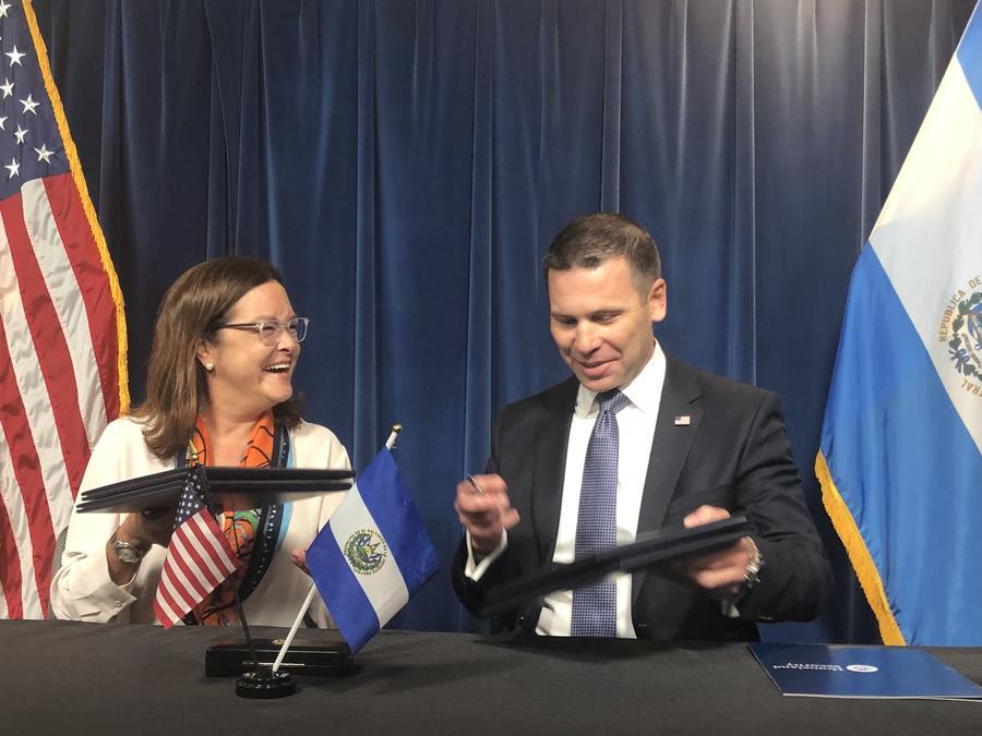 """La canciller salvadoreña, Alexandra Hill, y el secretario de Seguridad Nacional, Kevin McAleenan, firma """"memorando de colaboración"""" para ayudar a El Salvador a mejorar su """"capacidad"""" para procesar a solicitantes de asilo en el país centroamericano"""