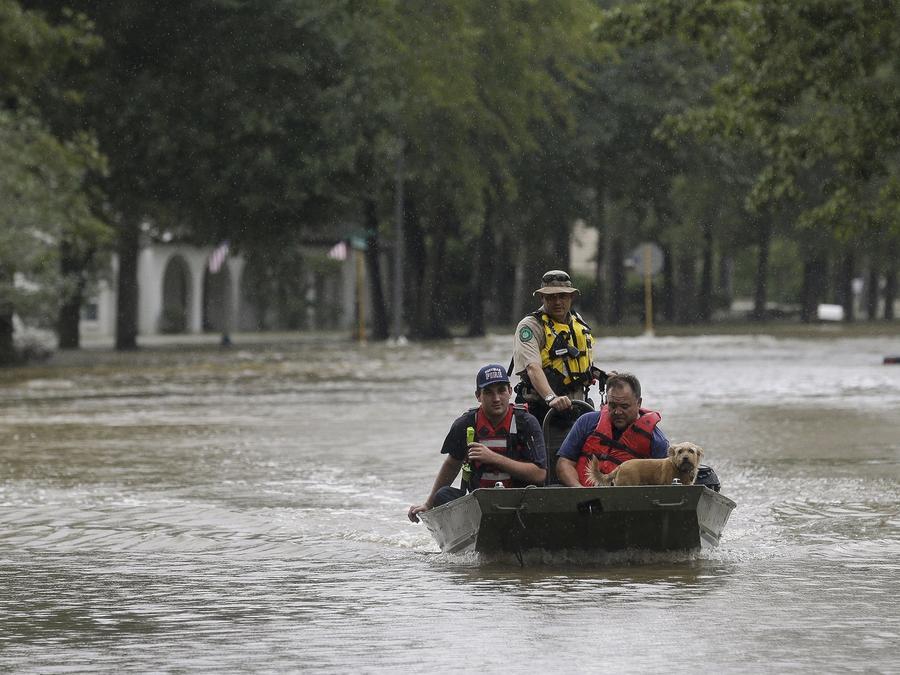 Rescatadores utilizan este viernes un barco en Huffman, cerca de Houston, Texas, para socorrer a algunos residentes de la localidad que quedaron atrapados por la inundación provocada por Imelda.