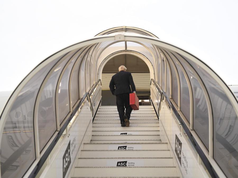 El primer ministro británico, Boris Johnson, sube a su avión en el aeropuerto de Heathrow, en Londres, para viajar a la Asamblea General de Naciones Unidas en Nueva York, el domingo 22 de septiembre de 2019.