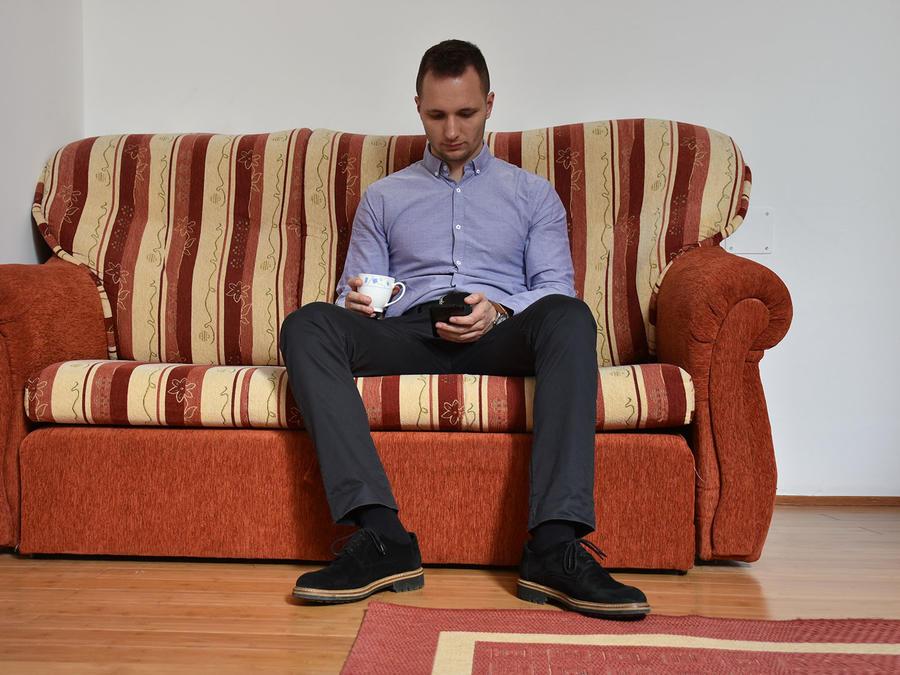 Hombre sentado en sofá