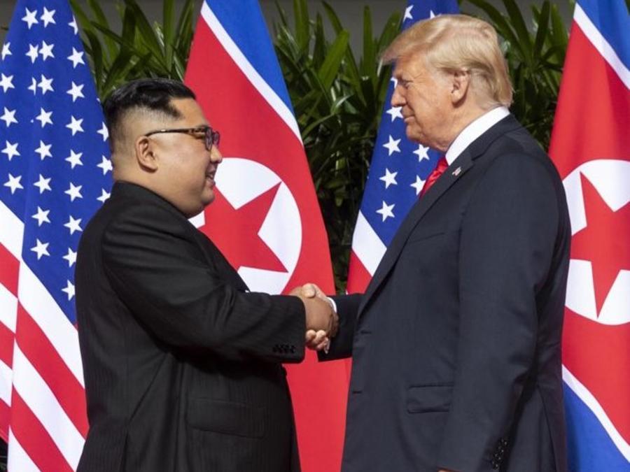 El presidente Trump le da la mano a Kim Jong-un en una foto de archivo.