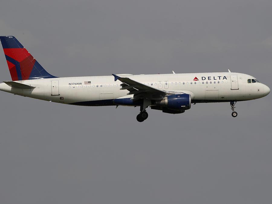 Un avión de Delta Airlines inicia su descenso en el Dallas-Fort Worth International Airport, en Texas.