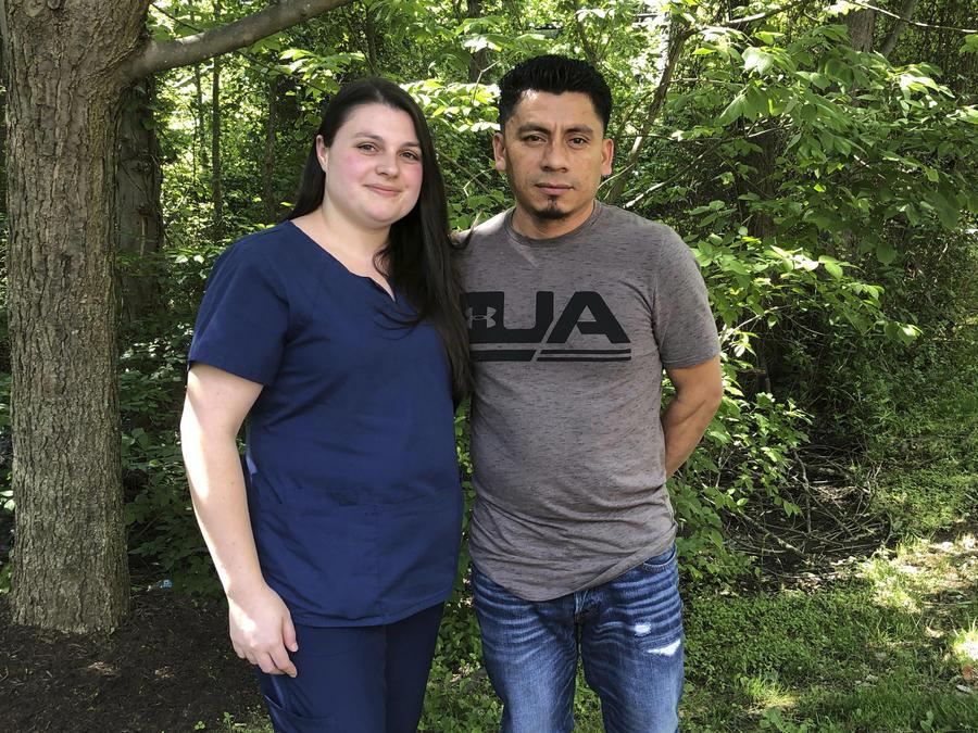 En una foto tomada el 21 de junio de 2019, Alyse Sánchez y su esposo, Elmer Sánchez, posan en Sandy Spring, Maryland