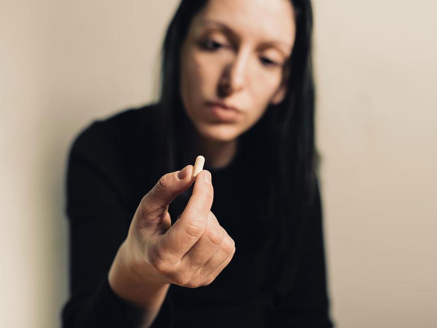 Señora tomando pastilla