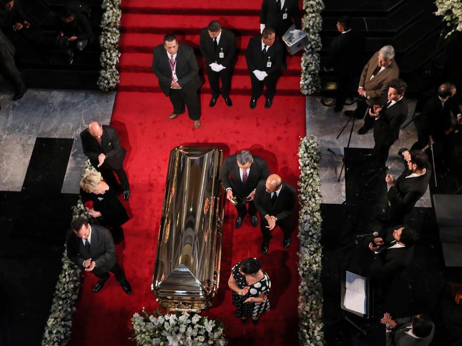 Féretro con los restos de José José en el Palacio de Bellas Artes de Ciudad de México acompañado de su familia