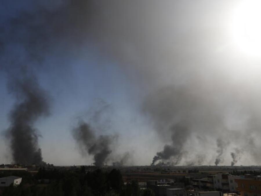 Columnas de humo en territorio sirio, en un área fronteriza con Turquía atacada actualmente por el ejército de este país, en una imagen tomada este jueves desde el lado turco de la frontera.