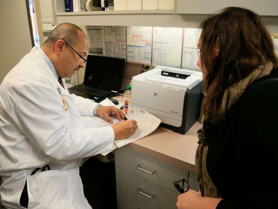 """El médico Tarek Hassanein atiende a pacientes en comunidades fronterizas en California y teme que el reglamento de """"carga pública"""" ahuyentarán a pacientes que necesitan urgente asistencia médica"""