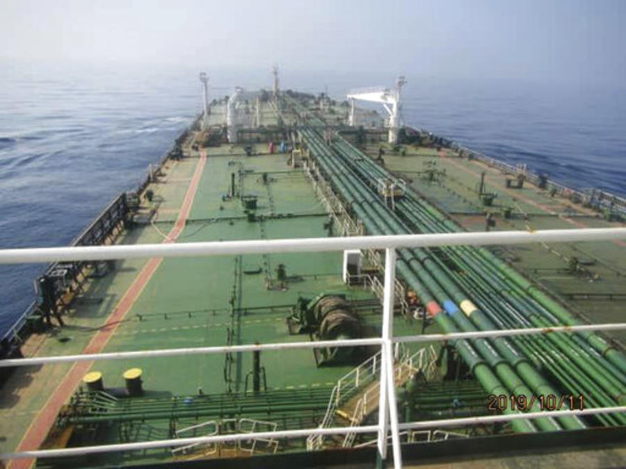 El petrolero iraní supuestamente golpeado este viernes por dos misiles cerca de una ciudad portuaria saudí.