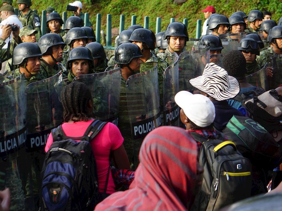 Elementos de las fuerzas de seguridad mexicanas cierran el paso este sábado a un grupo de integrantes de una caravana migrante en el estado de Chiapas.