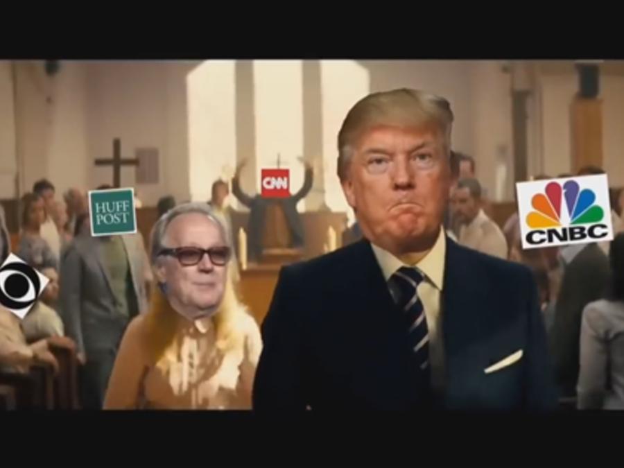 Captura de pantalla de un vídeo falso con contenido violento supuestamente proyectado en un hotel de Trump, según un reporte.
