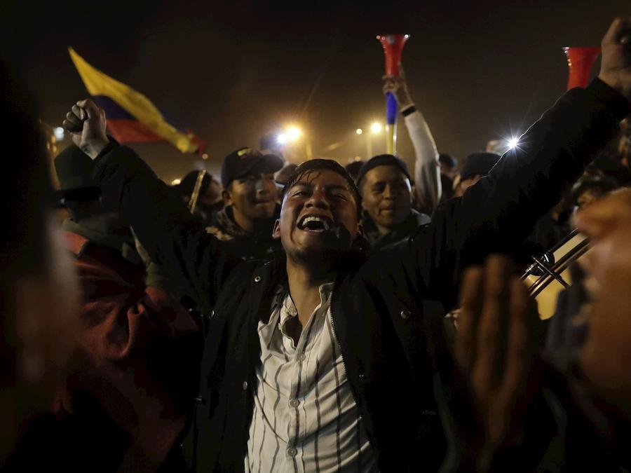 Ecuatorianos celebran en la noche de este domingo en Quito tras el anuncio de un acuerdo entre Gobierno y movimiento indígena que pone fin a varios días de violentas protestas.